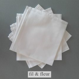 serviettes table blanches
