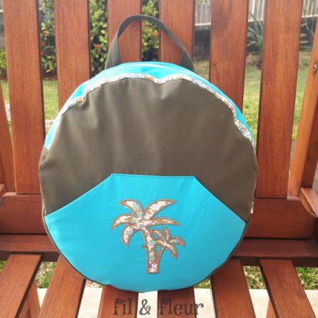 sac a dos enfant kaki et bleu avec des palmiers
